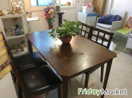 DINING TABLE WITH 4 CUSHIONED CHAIRS FOR SALE In Kuwait